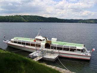 Loď čeká na své cestující v přístavišti u Vranovské hráze