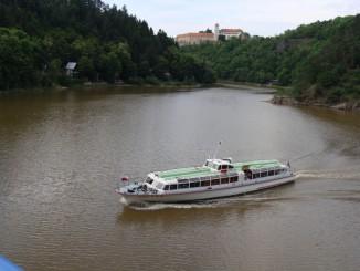 Loď proplouvá pod Vysočanským mostem na Chmelnici