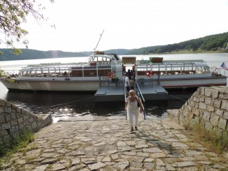 Nástup cestujících v přístavišti Vranov-hráz