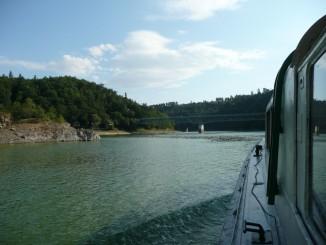 Vyplouváme od hradu Bítov zpět k Vranovské hrázi